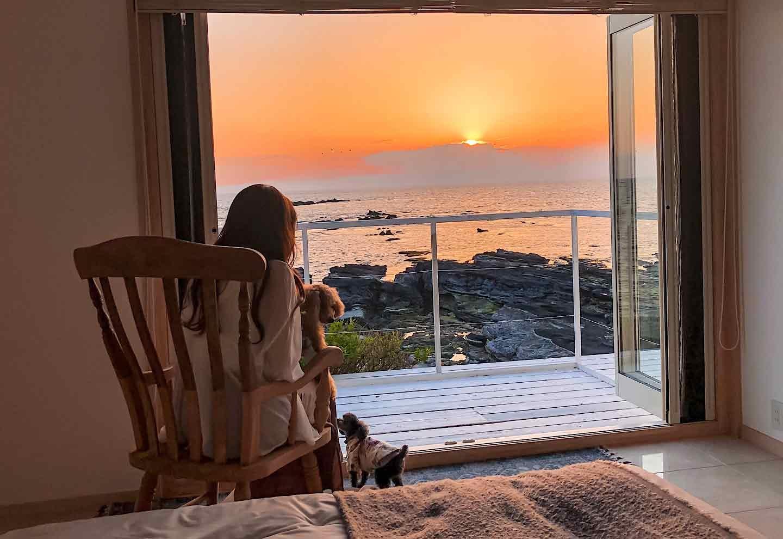 『THE HOUSE Moroiso secret beach』 海に沈む夕日