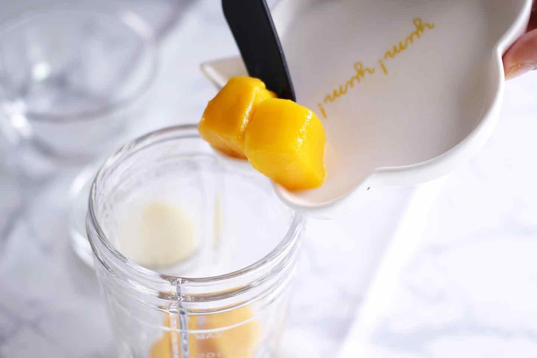 マンゴーを使った愛犬用フルーツプリンの作り方 豆乳 マンゴー 水を混ぜる