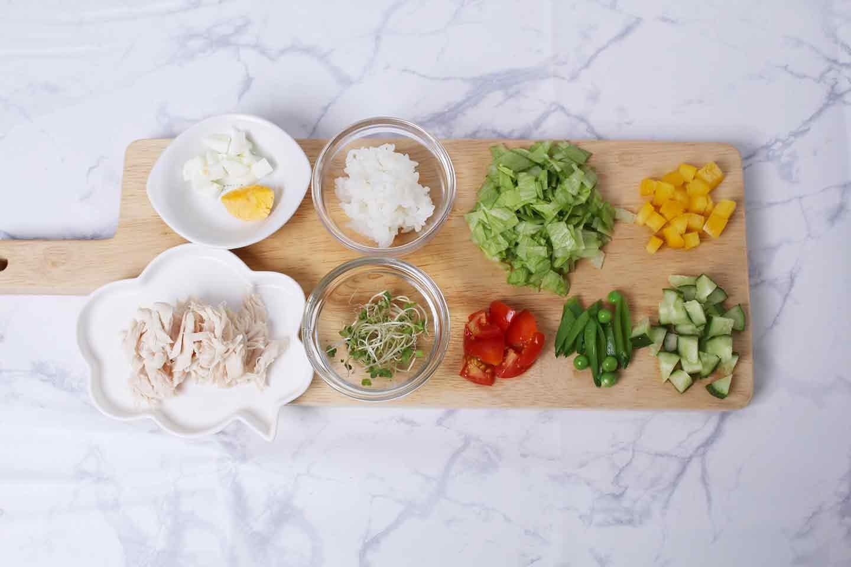 愛犬用ささみスープサラダの作り方 ミニトマト 黄パプリカ スナップエンドウ きゅうり しめじ ブロッコリースプラウトをカットする