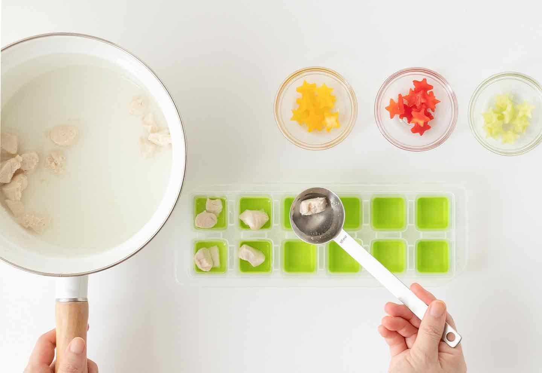 愛犬七夕レシピ 愛犬用鶏ささみと夏野菜のスープの作り方 製氷皿に入れる