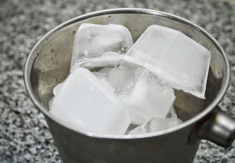 犬に氷を与える際の正しい方法は?_氷