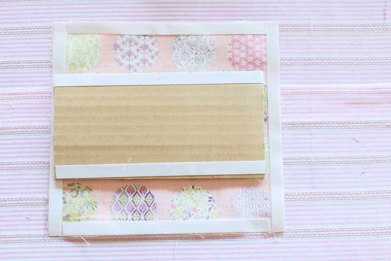 マチ底を追加して汚れ対策 厚紙にラミネート加工の布を貼る