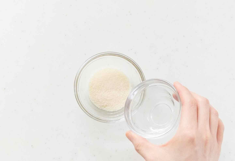 製氷皿を使った愛犬用スイカヨーグルトゼリーの作り方 ゼラチンをお湯ふでやかす