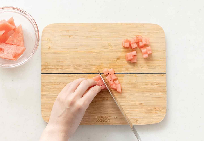 製氷皿を使った愛犬用スイカヨーグルトゼリーの作り方 スイカを切る
