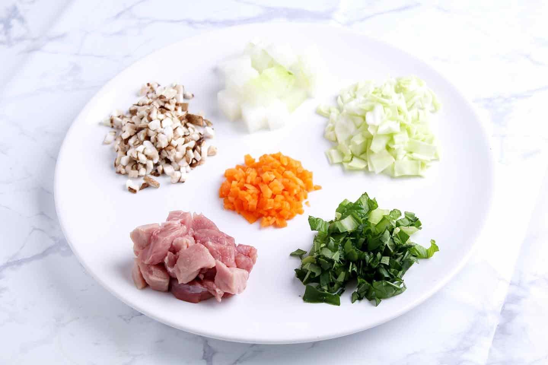 愛犬も食べられる具沢山コーンスープのレシピ 冬瓜・豚肉・キャベツ・小松菜・にんじん・しいたけをカット