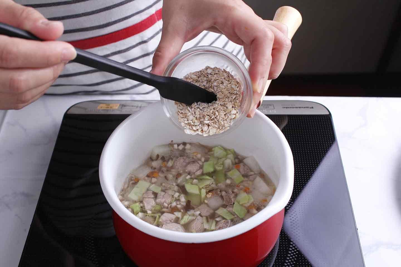 愛犬も食べられる具沢山コーンスープのレシピ 材料を煮込む