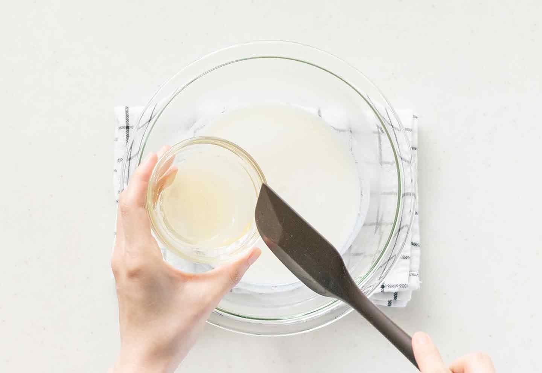 製氷皿を使った愛犬用スイカヨーグルトゼリーの作り方 ゼラチンとヨーグルトを混ぜる