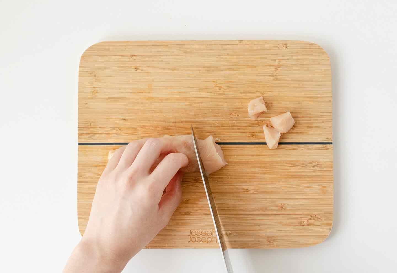 愛犬七夕レシピ 愛犬用鶏ささみと夏野菜のスープの作り方 鶏肉を切る