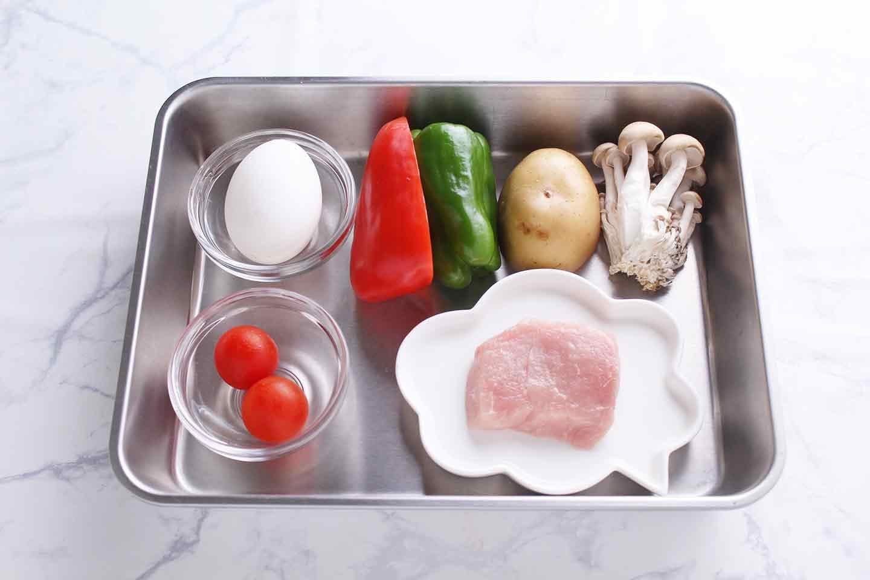 愛犬用スパニッシュオムレツの材料 鶏卵 豚もも肉 じゃがいも ピーマン 赤パプリカ しめじ ミニトマト