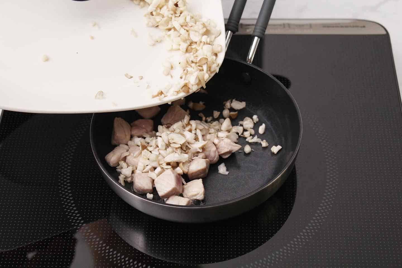 愛犬用スパニッシュオムレツの作り方 豚肉・しめじを炒める