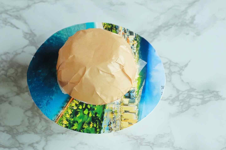 100均の紙紐で作れる 愛犬用麦わら帽子 ツバの方を貼る