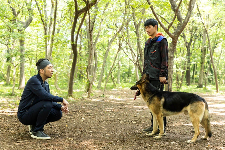 警察犬のパクくんと犬好きライター竹内と調教師の稲留さん