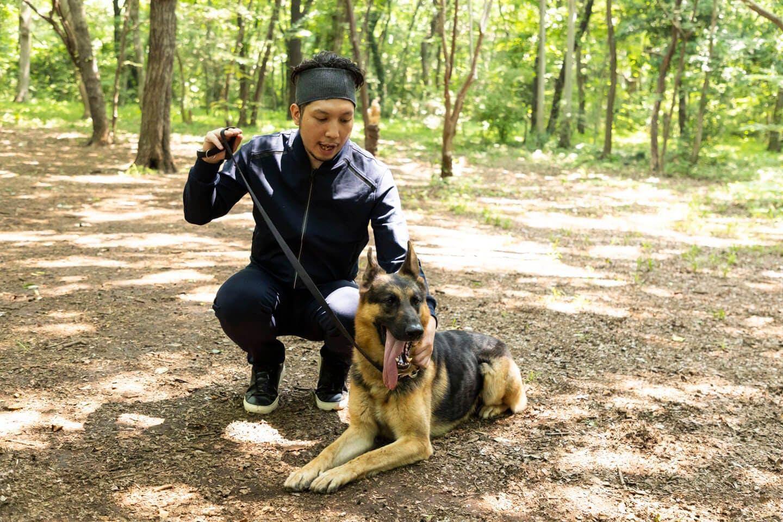 警察犬のパクくんと戯れる犬好きライター竹内