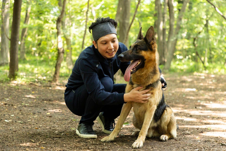 警察犬のパクくんとたわむれる犬好きライター竹内