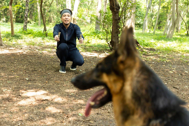 警察犬パクくんに餌をあげる犬が大好きなライター竹内