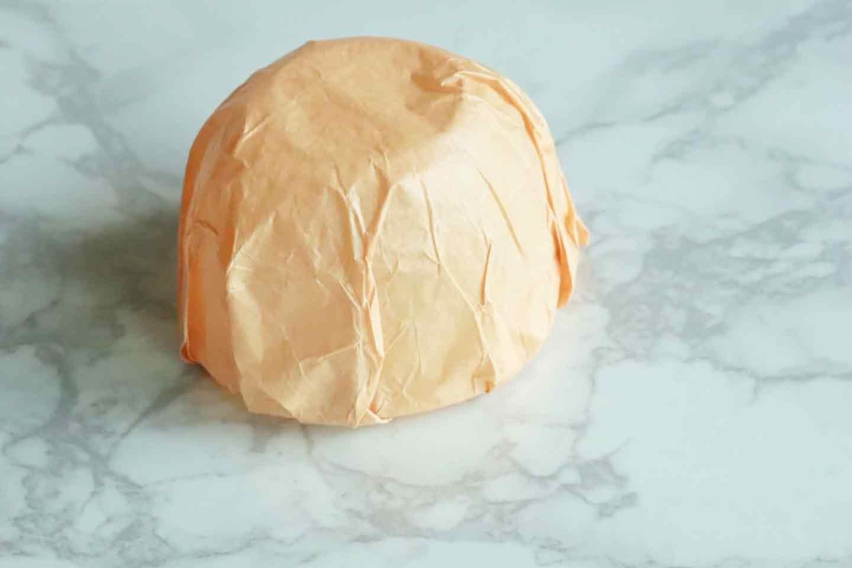 100均の紙紐で作れる 愛犬用麦わら帽子 クッキングシートで土台を覆う