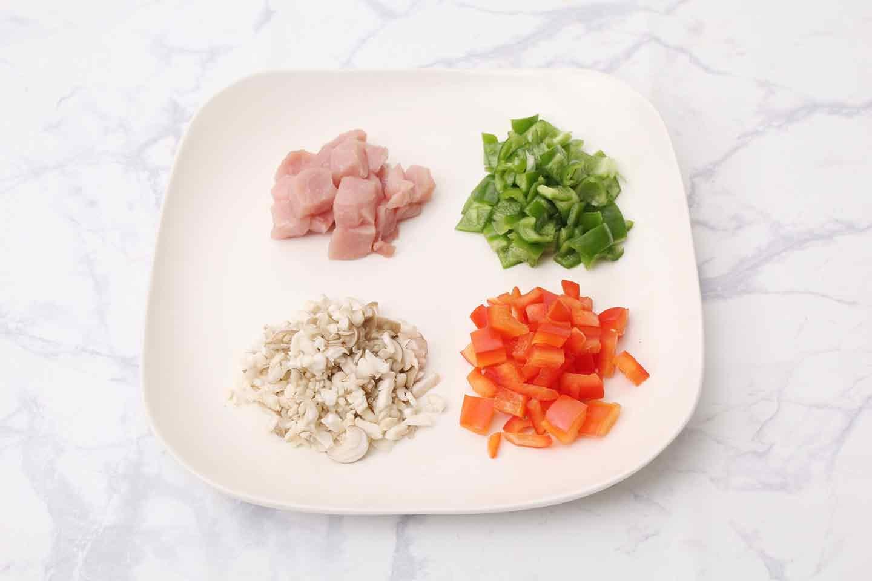 愛犬用スパニッシュオムレツの作り方 ピーマン、黄パプリカ、しめじ、豚肉をカット