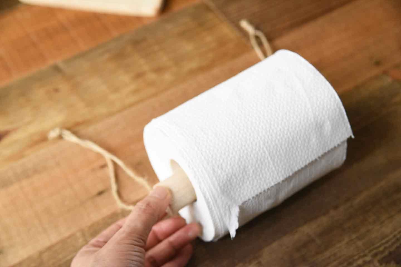 愛犬用トイレットペーパーホルダーの作り方 トイレットペーパーに丸棒をさす
