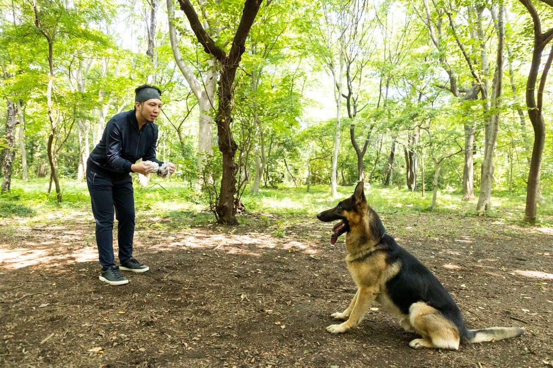 警察犬パクくんと遊ぶ犬好きライター竹内