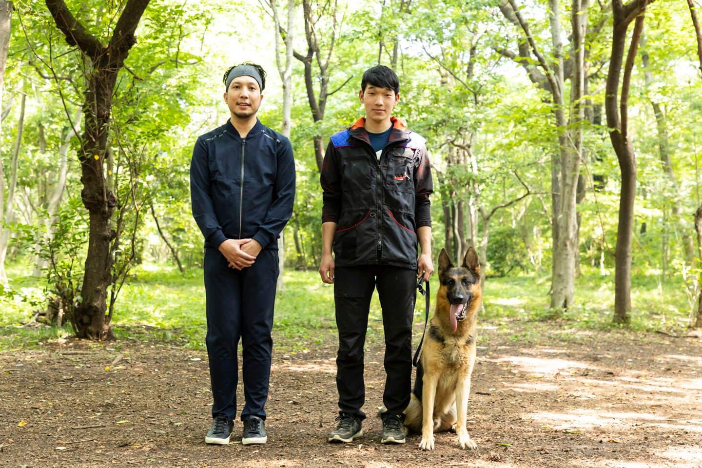 犬が大好きなライターの竹内と、訓練士の稲留さん、ジャーマン・シェパードの警察犬パクくん