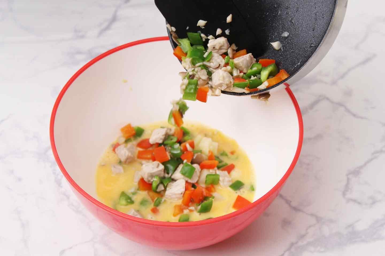 愛犬用スパニッシュオムレツの作り方 卵と食材を混ぜ合わせる