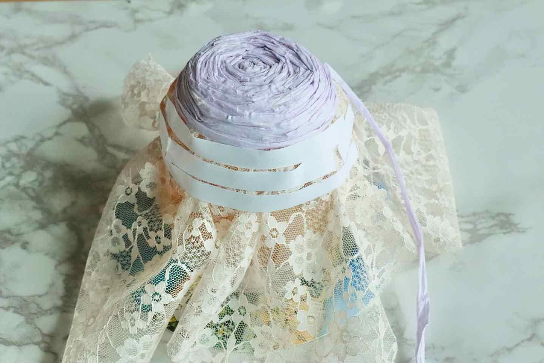 100均の紙紐で作れる 愛犬用麦わら帽子 紙紐を貼っていく