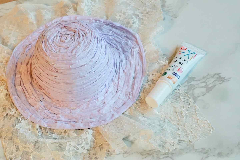 100均の紙紐で作れる 愛犬用麦わら帽子 ボンドで留める
