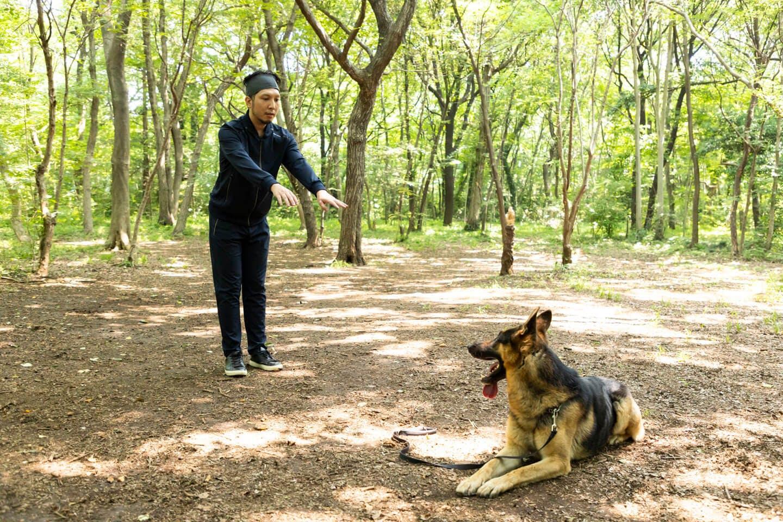 警察犬パクくんと戯れる犬好きライター竹内