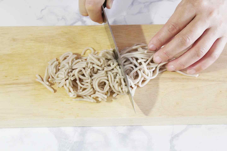 愛犬用アジのとろろ蕎麦の作り方 蕎麦を短く切る