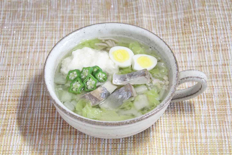 おろした山芋、オクラ、うずらの卵を飾り付けて完成