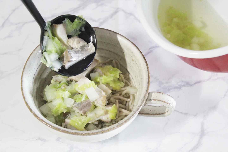 愛犬用アジのとろろ蕎麦の作り方 具材をスープをかける