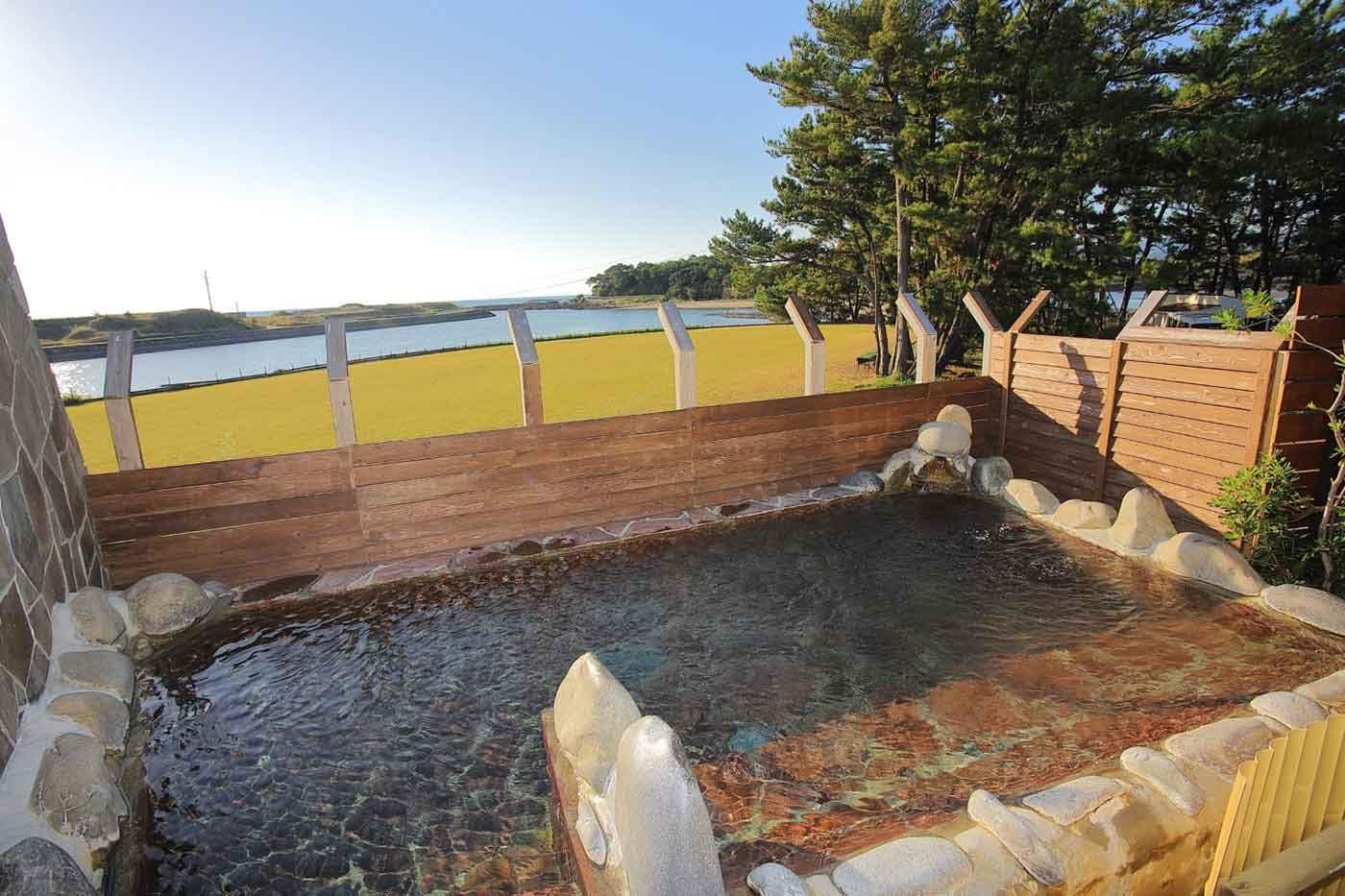 グランピングリゾート『Fukiagehama Field Hotel』の温泉施設