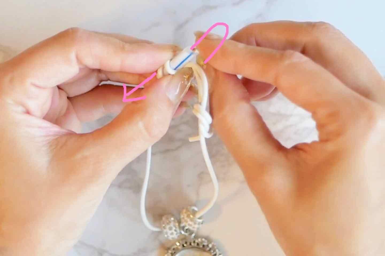 愛犬の迷子札チャームの作り方 調整可能な紐の通し方