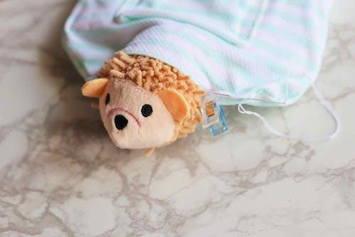 ぬいぐるみおもちゃの頭を枕に縫いつける