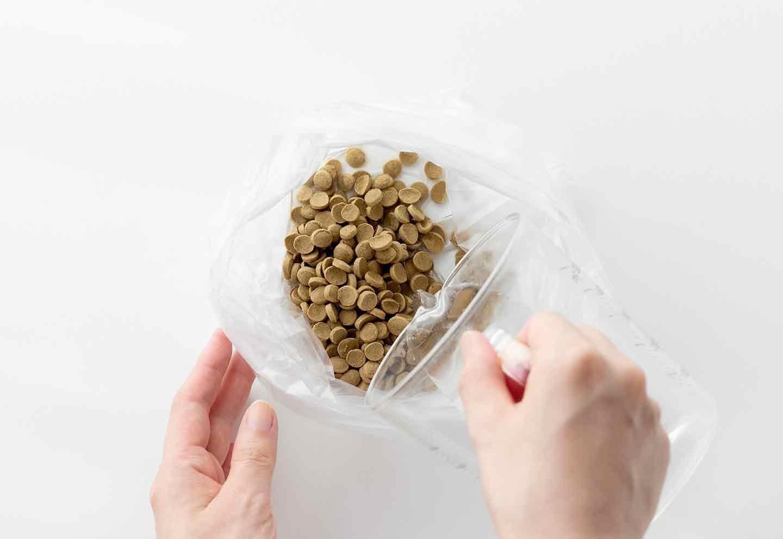 超簡単な愛犬用ケーキの作り方 ポリ袋に水を入れる
