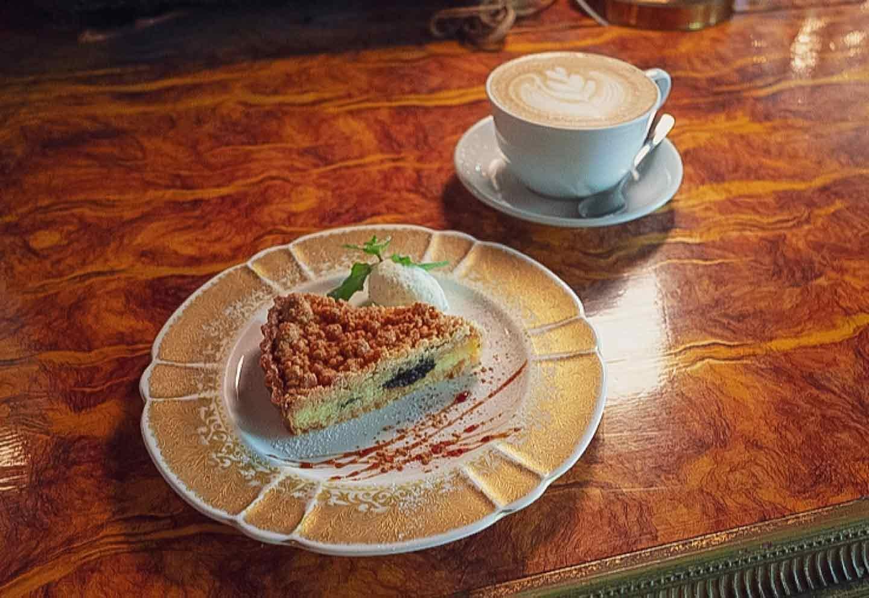シネマチックなカフェ『huit』 クリームチーズとプルーンのタルト 犬OK