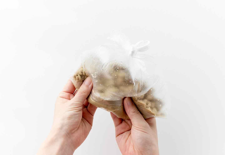 超簡単な愛犬用ケーキの作り方 ポリ袋の上から揉む