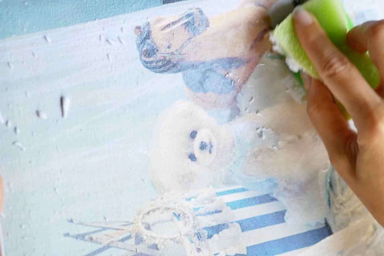 愛犬デザインのオリジナル時計の作り方手順 写真の裏紙をスポンジで擦り取る