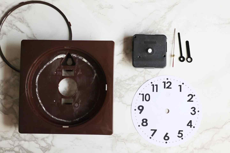 市販の時計を分解し、文字盤を外す