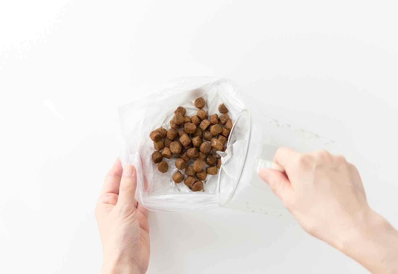 ドライフードのハンバーグ風アレンジ 食品用ポリ袋にドライフードと水を入れる。