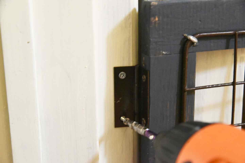 愛犬のための開閉ゲート扉の作り方 ドア枠に固定する