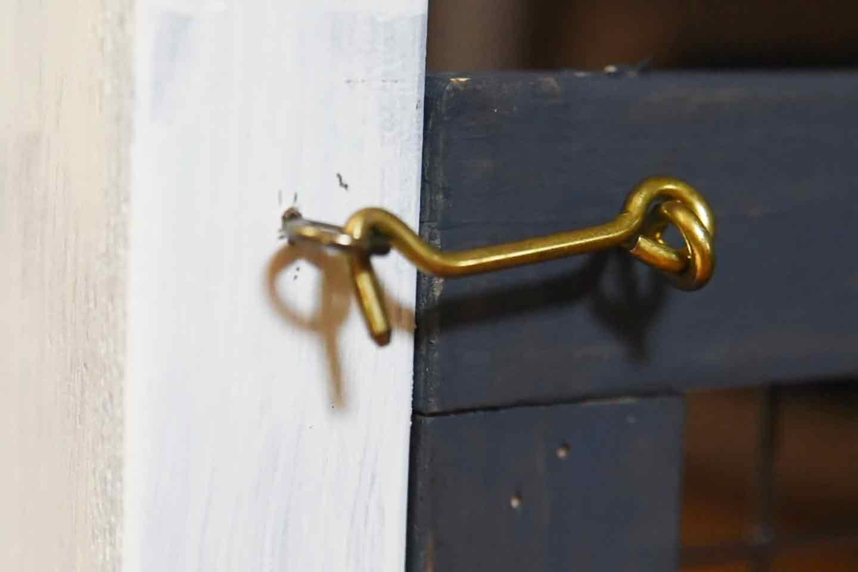 愛犬のための開閉ゲート扉の作り方 蝶番の片側をドアの枠に取付ける