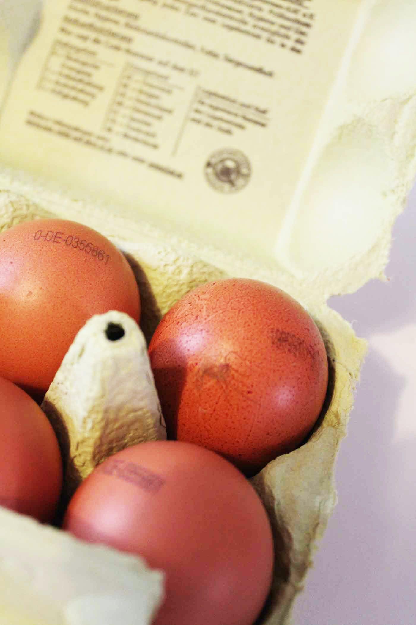 ドイツのスーパーで売られている卵。表面に文字が印字されている。