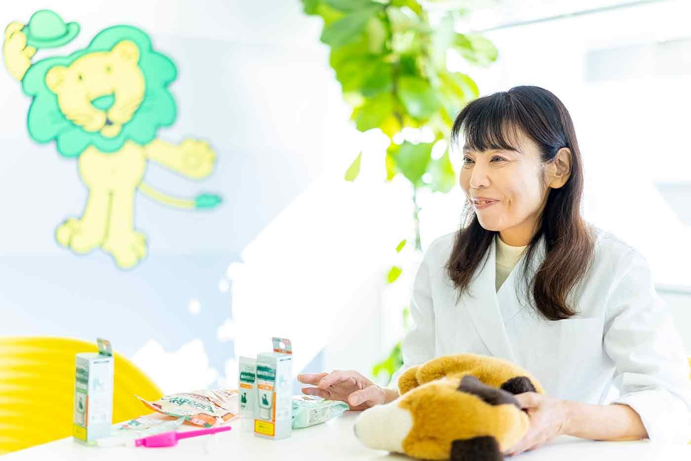 ペットの歯磨きアイテムの説明をする獣医師の遠山先生