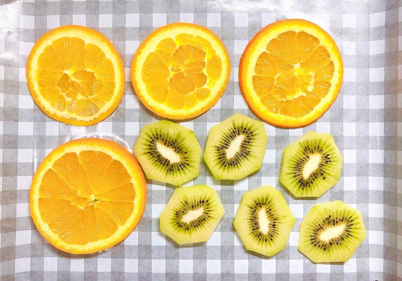 果物を耐熱皿に並べます